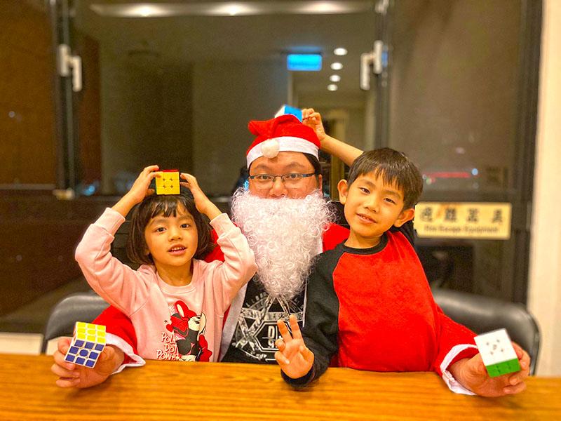 陳政祥老師打扮成聖誕老人與可愛的學生合照