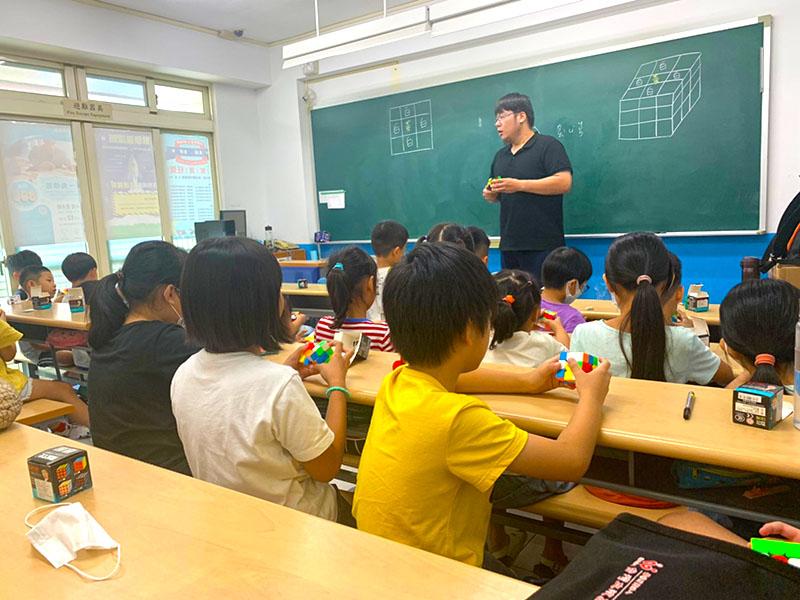 陳政祥老師魔術方塊正在向小朋友講解三階魔術方塊