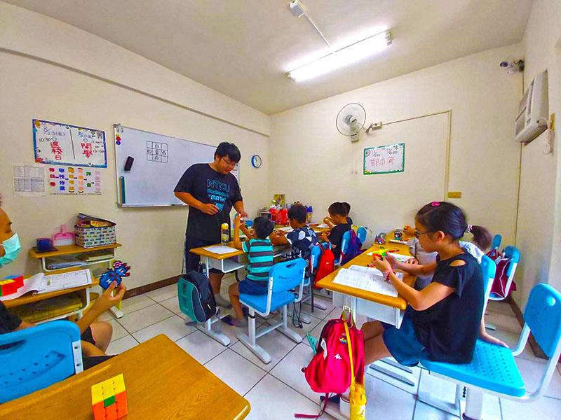 陳政祥老師魔術方塊課程與小朋友的互動