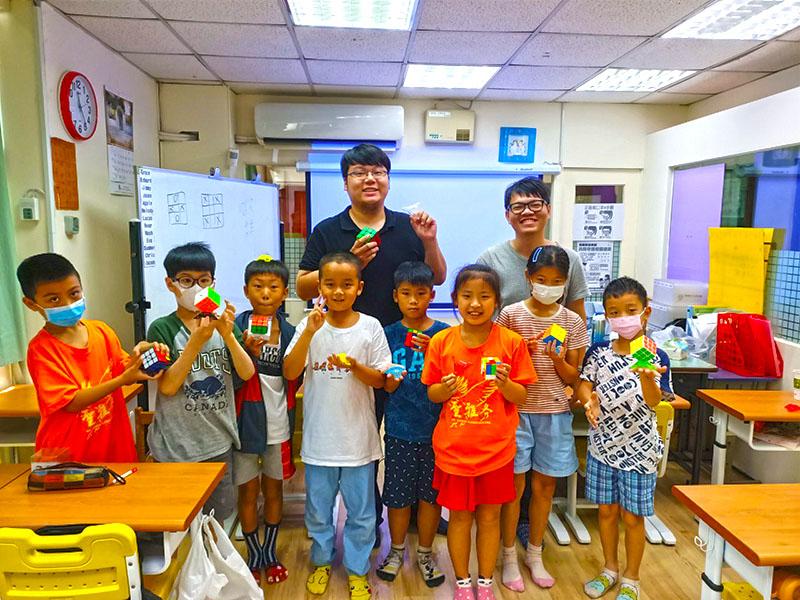 陳政祥老師魔術方塊課程與小朋友的課後大合照